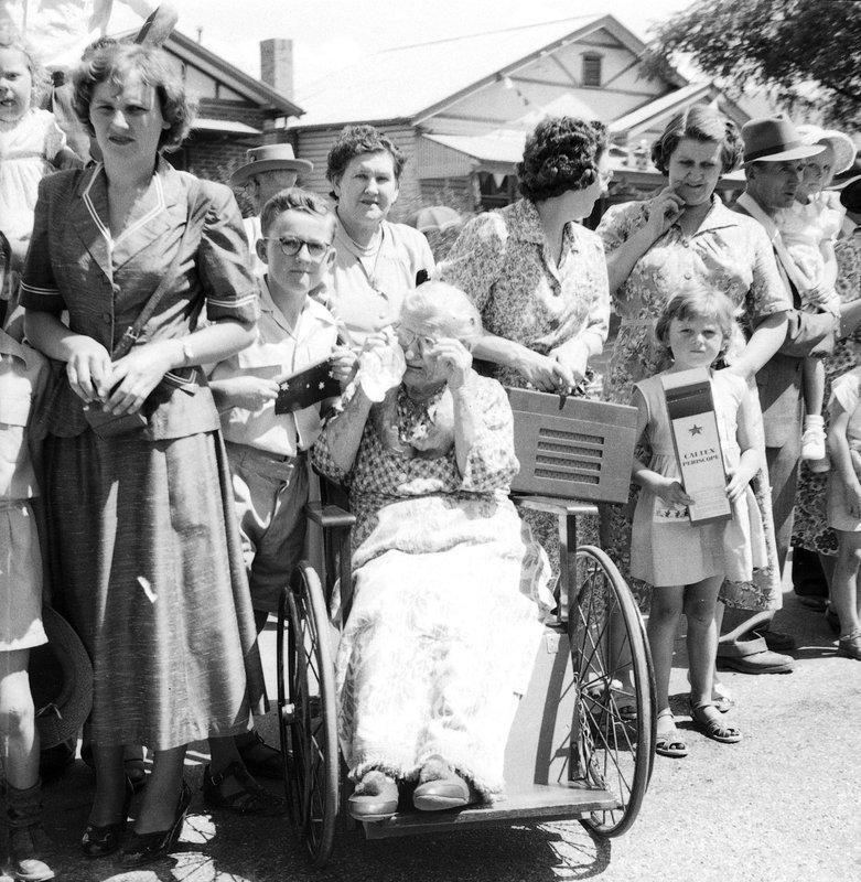 Royal Tour 1954 - crowds [RW1574.253] (3).jpg